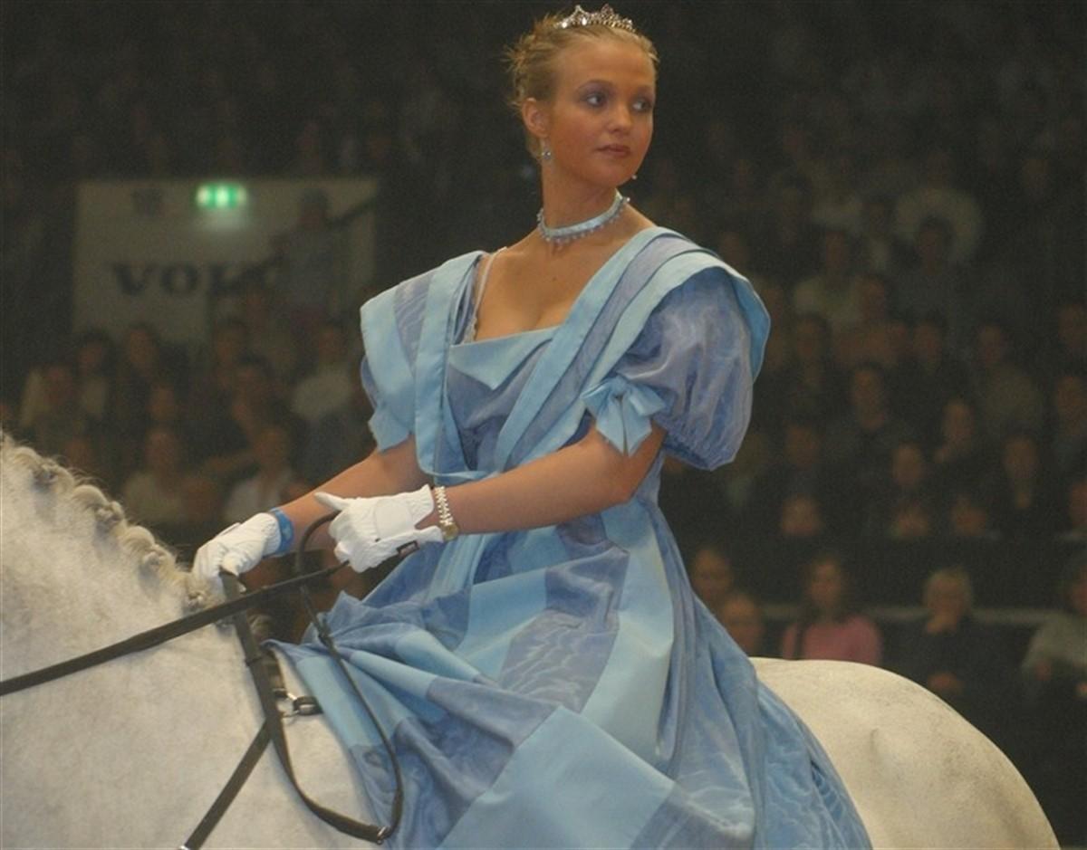 2381b2340f36 Det bliver ikke til hest og heller ikke i denne kjole - men i mange andre  flotte kreationer